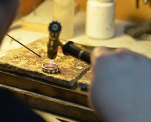 תהליך הגדלת טבעת זהב בהלחמה