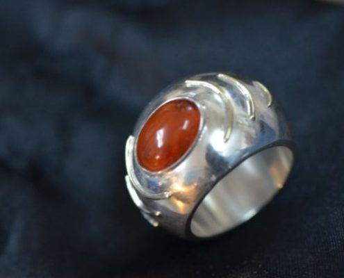 טבעת כסף חלולה בשילוב חוטי זהב ובשיבוץ אבן חן (עמוס מ.)