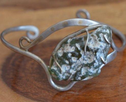 צמיד כסף בעבודת יד בשילוב זכוכית רומית ייחודית, בעיטור נגיעות זהב