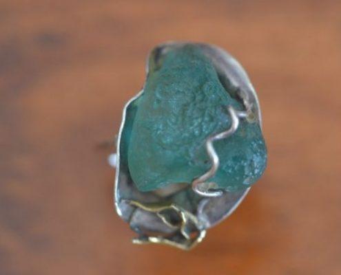 טבעת כסף בעבודת יד בשילוב זכוכית רומית, בעיטורי זהב