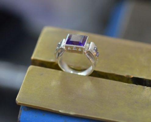 טבעת כסף בעבודת יד בשיבוץ אבני אמטיסט בסגנון עתיק (עמוס מ.)