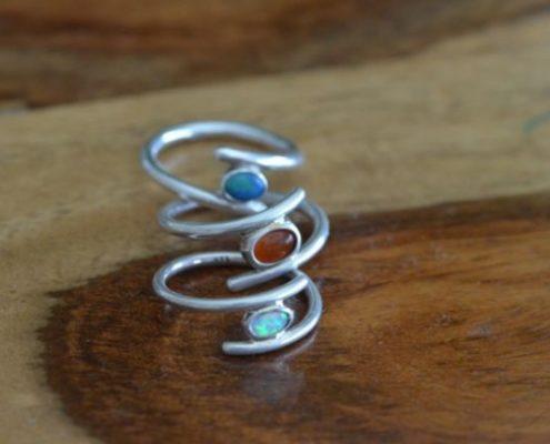 טבעת כסף בשיבוץ אבני חן בצבעים שונים (עמוס מ.)