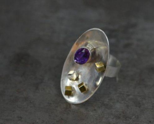 טבעת כסף בעבודת יד בשיבוץ אבן אמטיסט ועיטורי קוביות (שלמה ל.)