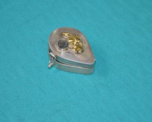 קופסה בעבודת יד עם צירי כסף בשילוב זהב ובשיבוץ אבן חן (שלמה ל.)