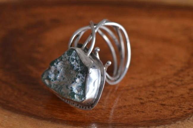 טבעת כסף בעבודת יד בשילוב זכוכית רומית
