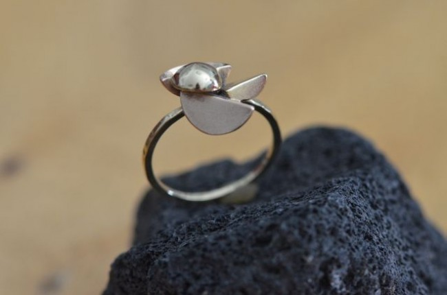 טבעת זהב בצבעים שונים בעבודת יד בעיטור חלקים חלולים