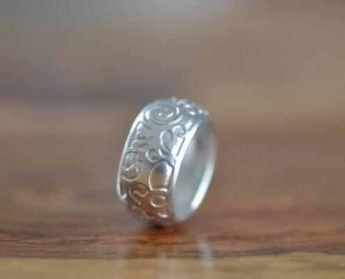 טבעת נישואין מכסף בטכניקת עיטורי צריבה (יוסי ז.)