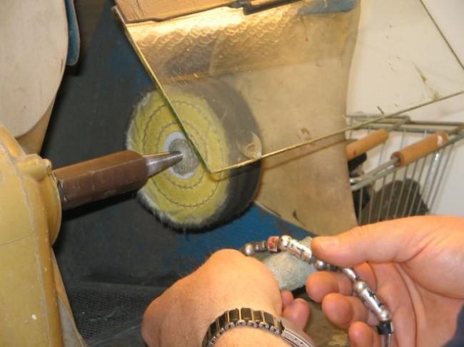 ליטוש צמיד כסף במכונת ליטוש