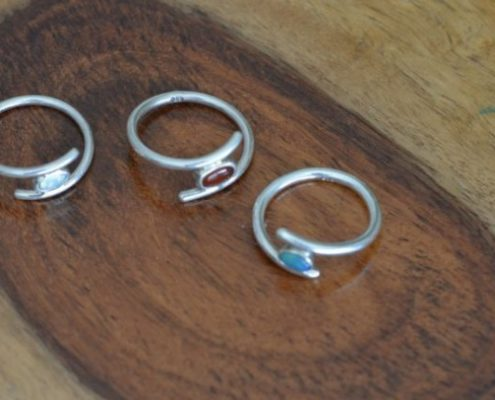 טבעת כסף בשיבוץ אבן חן (עמוס מ.)