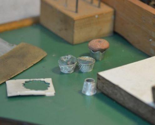 התאמת אבני חן וזכוכית בחיתוך וליטוש לבתי אבן בעבודת יד