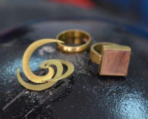 תליון, טבעת נישואין וטבעת בשילוב עץ מפליז בעבודת יד