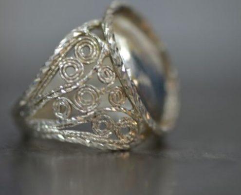 עיטורי פיליגרן בצידי טבעת כסף
