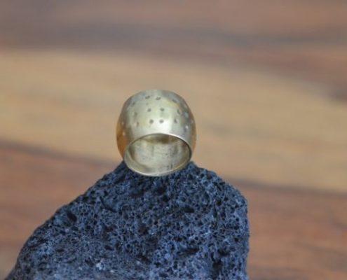 טבעת מקומרת בעיטורי קרסום
