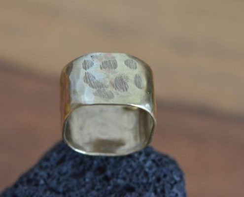 טבעת מרובעת מפליז בעבודת יד, בריקוע ייחודי