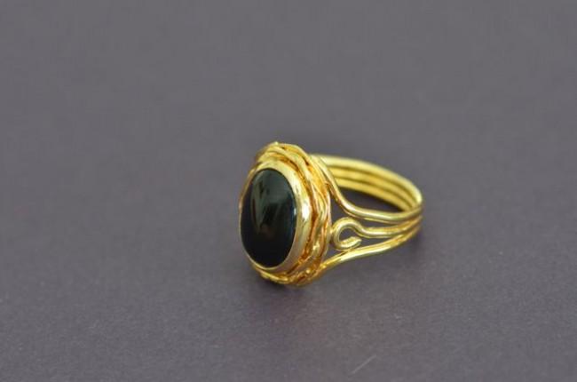 טבעת פליז בעבודת יד בעיטורי חוטים ושיבוץ אוניקס (עמוס מ.)