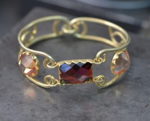 צמיד מצופה זהב בעבודת יד עם שיבוץ שיניים של אבני חן (רותי מ.)
