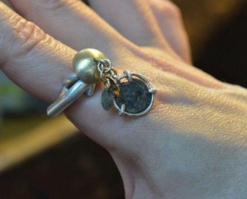 טבעת כסף בשילוב זהב משובצת במטבע רומי עתיק ובמרכזה ציר מסתובב (אסתי ז.)