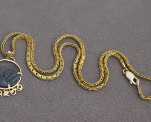 תליון זהב ושרשרת 18 קרט בעבודת יד בשילוב מטבע אגריפס (פרוטה יהודית)