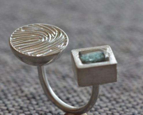 טבעת כסף בעבודת יד בשיבוץ זכוכית רומית (יוסי ז.)