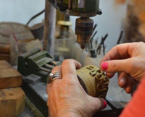 צמיד מפותל בתהליך עבודה בסדנא