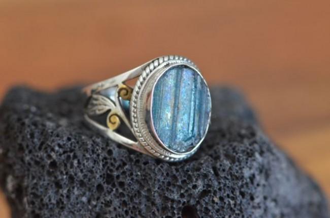 טבעת כסף בעבודת יד בשיבוץ זכוכית רומית בנגיעות זהב