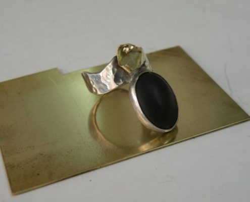 טבעת כסף בעבודת יד בשיבוץ אוניקס בשילוב זהב (גלית ק.)