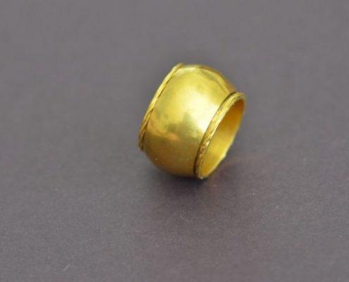 טבעת נישואין מזהב מעוטרת בחוטים