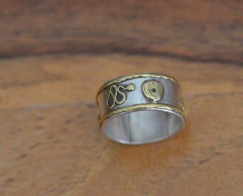 טבעת נישואין מכסף בעבודת יד בעיטורי זהב טהור