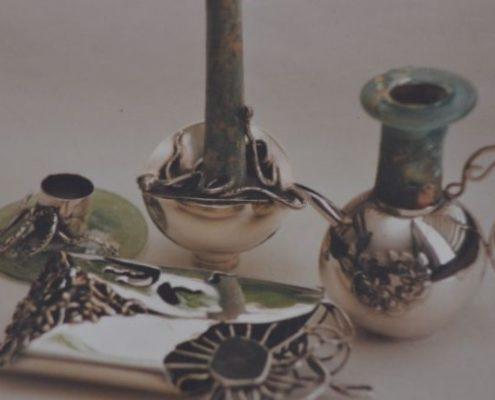 כלי כסף בעבודת יד בשילוב זכוכית רומית, מטבע ועיטורי חוטים בטכניקת הרמת כלים
