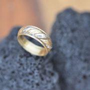 טבעת נישואין בשילוב זהב צהוב ולבן משובצת יהלומים