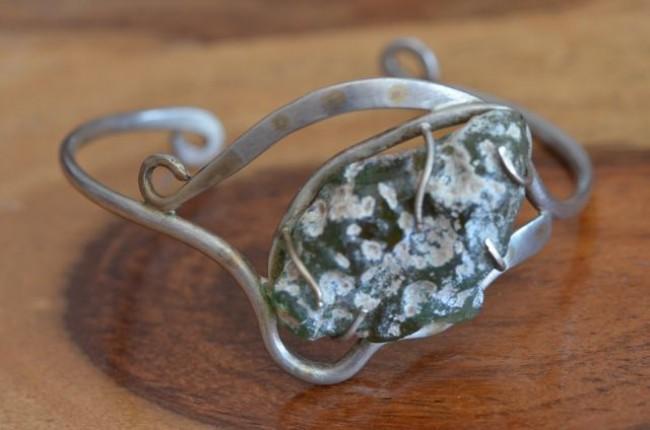 צמיד כסף בעבודת יד בשילוב זכוכית רומית ייחודית ועיטורי זהב