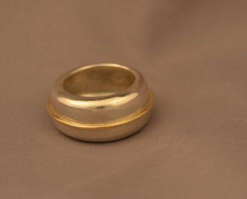 טבעת נישואין מזהב עם חישוק