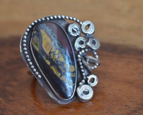 טבעת כסף בשילוב טכניקות גרנולציה, דיפוזיה ורטיקולציה בשיבוץ אבן חן
