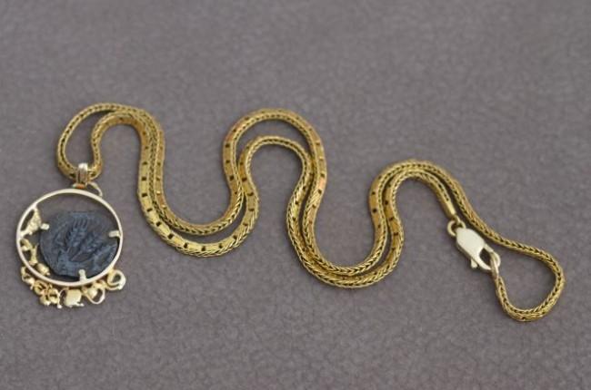 תליון ושרשרת זהב בעבודת יד בשיבוץ מטבע יהודית עתיקה