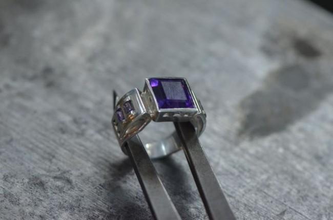 טבעת כסף בעבודת יד בשיבוץ אמטיסט (עמוס מ.)