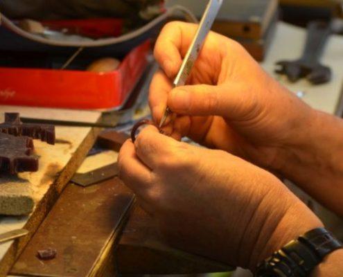 גילוף בשעווה עם סכין גילוף