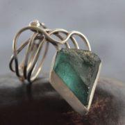 טבעת כסף בעבודת יד בשיבוץ זכוכית רומית