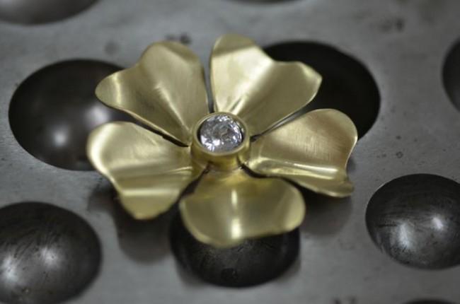 תליון בצורת פרח משובץ בזירקון (דורית ר.)