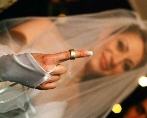 טבעת נישואין בשילוב זהב ופלטינה בעבודת יד בטכניקת אינליי