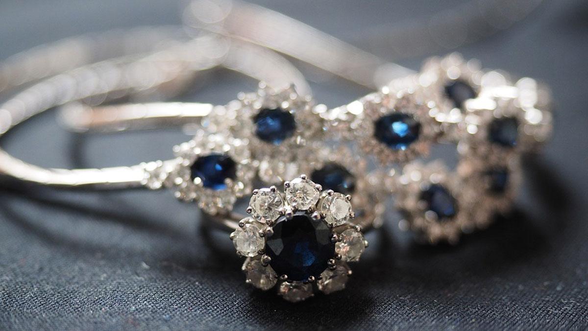 טבעת משובצת באבני חן